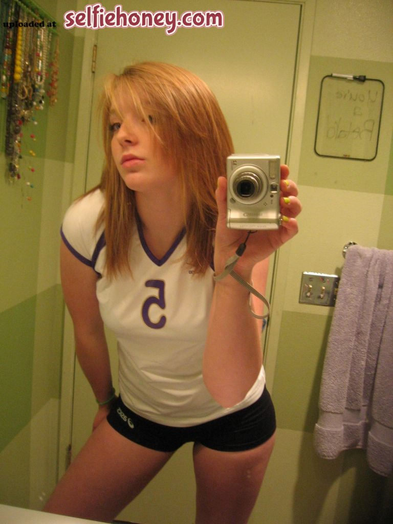 volleyballplayerselfie2 - Cute Volleyball Girl Taking a Sexy Selfie (+Extremely hot pic)