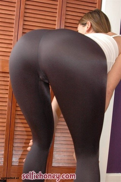 girlsinyogapantsselfie 2 - Girls in Yoga Pants Selfie