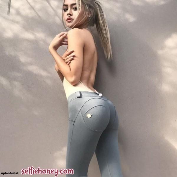 girlsintightjeans10 - Girls in Tight Jeans Selfie